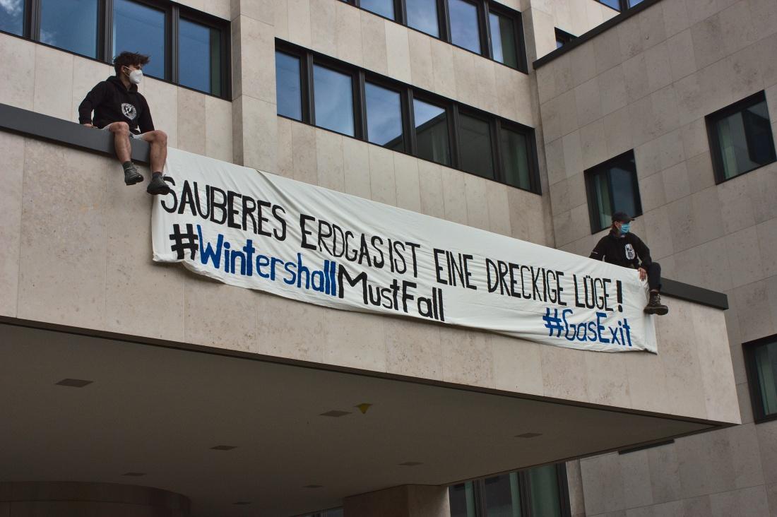"""Banner mit der Aufschrift: """"Sauberes Erdgas ist eine dreckige Lüge! #WintershallMustFall #GasExit"""